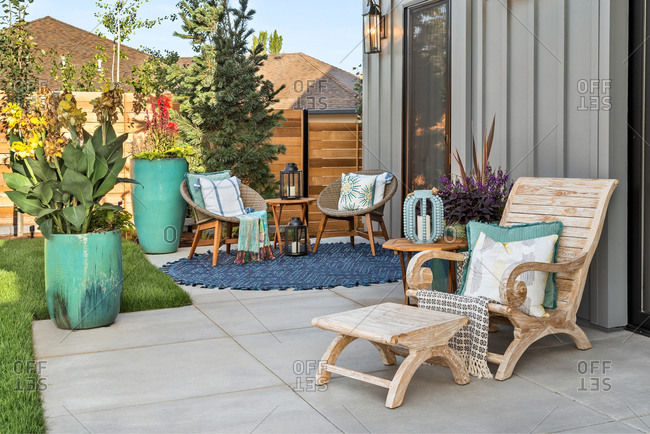 Outdoor patio with furniture behind luxury home