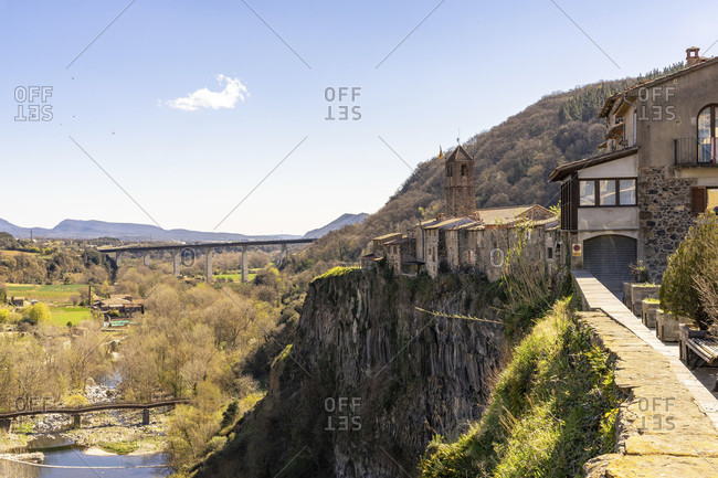 Europe, Spain, catalonia, gerona province, la garrotxa, castellfollit de la roca, view along the cliff to the old town of castellfollit de la roca and the landscape below