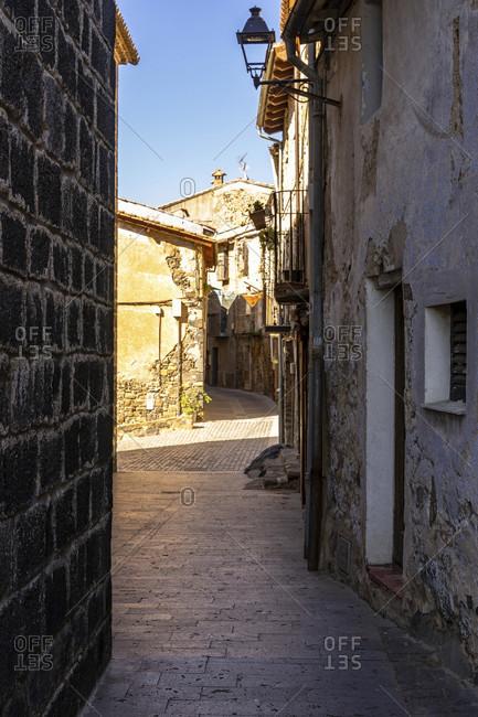Europe, Spain, catalonia, gerona province, la garrotxa, narrow street in the old town of castellfollit de la roca