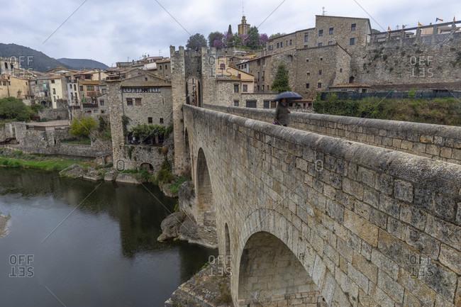 Europe, spain, catalonia, girona province, garrotxa, besalú, view of the pont de besalú over the fluvia river
