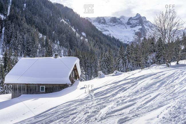 Europe, austria, vorarlberg, montafon, rätikon, gauertal, snow-covered wooden house in wintry gauertal
