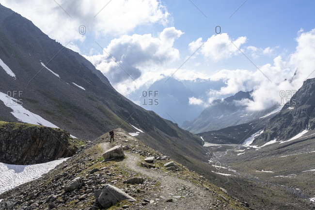 Europe, austria, tyrol, otztal alps, pitztal, plangeross, mountain hikers descending from the kaunergrathutte via the side moraine