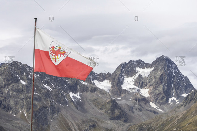 Europe, austria, tyrol, otztal alps, pitztal, piosmes, russelsheimer hutte, tyrolean flag against the backdrop of the watzespitze
