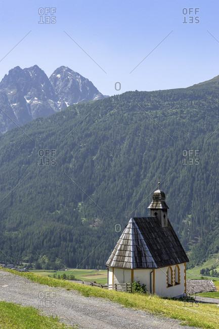 Europe, austria, tyrol, otztal alps, otztal, view from burgstein to the small chapel and in the background the trio of perlerkogel, graskogel and schartlaskogel