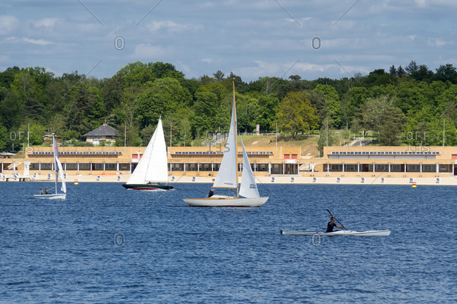 Berlin, Wannsee, view to the Wannsee lido, sailing boats and paddle boat