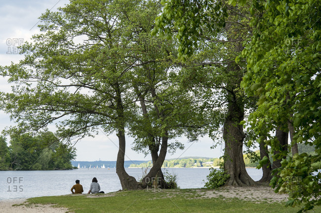 Berlin, Wannsee, Lieper Bucht, bathing place, couple sitting on the bank