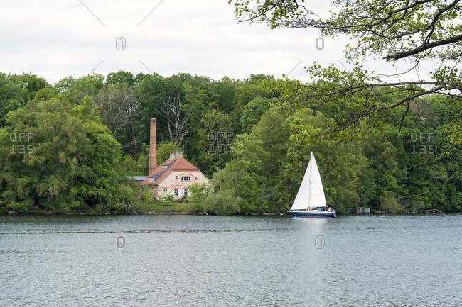 Berlin, Wannsee, Havelhohenweg, view to the Pfaueninsel, engine house, sailing boat