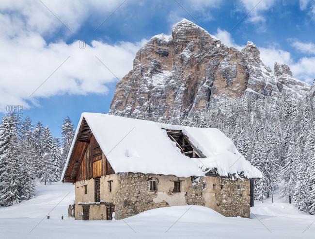 Abandoned buildings of Fedarola hut, in the background the Tofana di Rozes, winter landscape in the Dolomites, Cortina d'Ampezzo, Belluno, Veneto, Italy