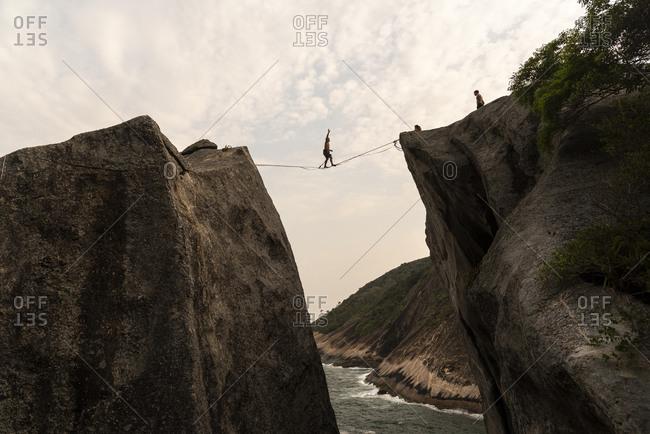 Niteroi, rj, brazil - september 18, 2020: beautiful view to highliner on short line on rocky ocean front