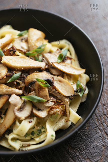 Home made vegan pasta alfredo with garlicy mushrooms