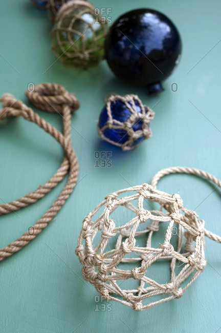 DIY maritime decorations made of crystal balls wrapped in macrame netting made of rope