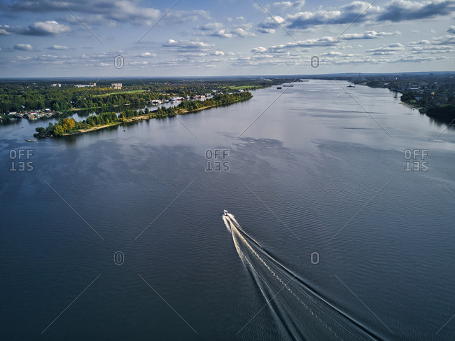Boat leaving wake on Volga River against sky