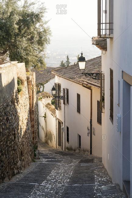 Spain, Granada, albaicin, alley in the evening light