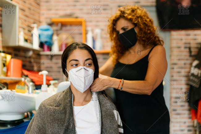 Woman in the hairdresser's with a mask on