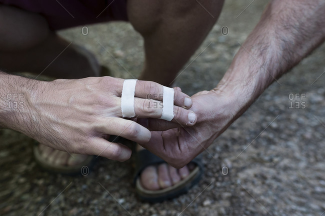 Close-up by placing tape on the fingers before climbing.