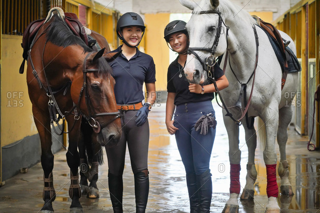 The horse stable happy sisters