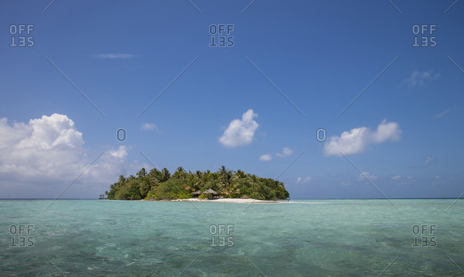 Indian Ocean, Maldives, Ari Atoll, Vilamendhoo Island, Tropical island on Indian Ocean