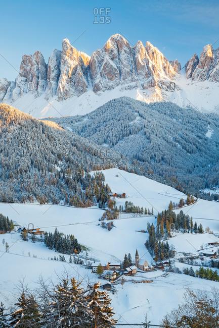 Winter snow, St. Magdalena village, Geisler Spitzen, Val di Funes, Dolomites mountains, Trentino-Alto Adige, South Tyrol, Italy