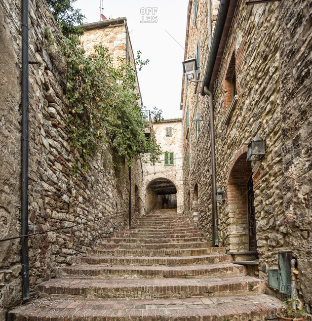 Italy, Toscana (Tuscany), Suvereto . Typical alley in the village