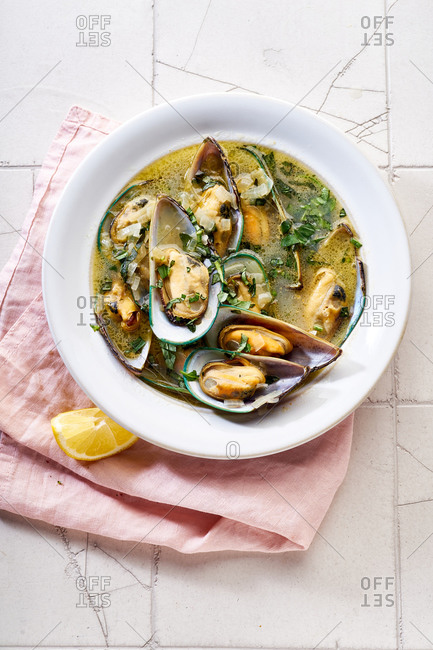 Steamed kiwi green mussels with wine, garlic and parsley