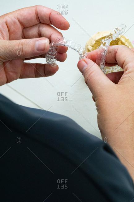 Polishing the dental prosthesis invisible