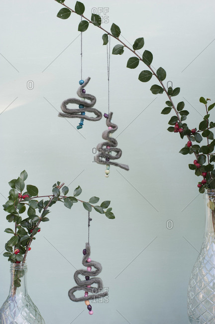 DIY Christmas decorations made of felt- strings and beads