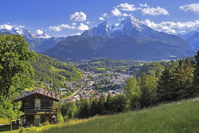 Overview of the village and valley against the watzmann (2713m), berchtesgaden, berchtesgadener land, upper bavaria, bavaria, germany