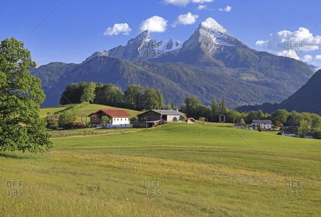 Farm near bischofswiesen against the watzmann (2713m), district of berchtesgaden, berchtesgadener land, upper bavaria, bavaria, germany