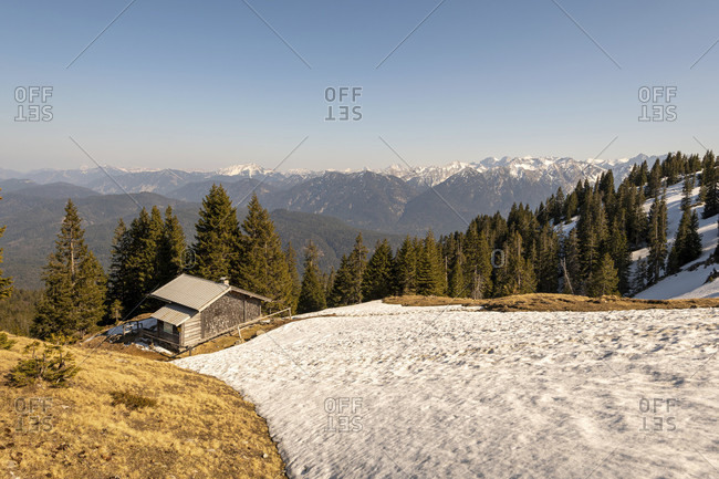 Mountain guard hut and snow on simetsberg in the ester mountains. in the background the karwendel.