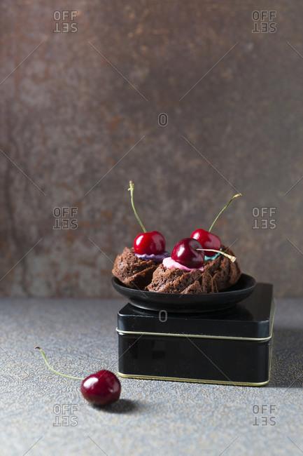 Minigugelhupfwith colorful cake cream and cherries