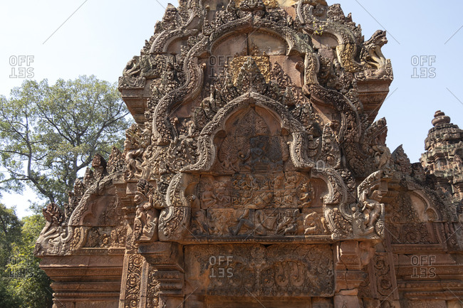 Bas-relief on the entrance of Banteay Srei