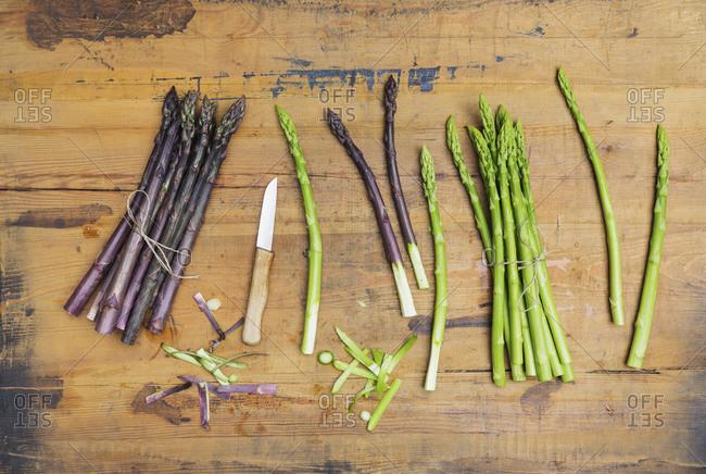 Kitchen knife and fresh asparagus stalks