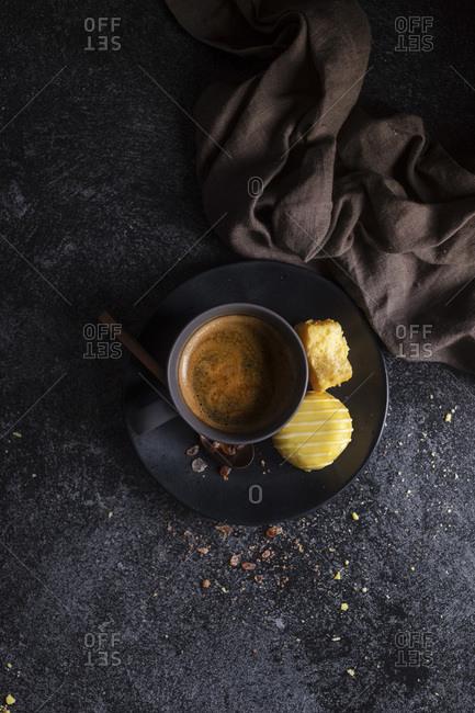 Coffee and lemon meringue sweets