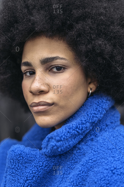 Young afro woman with expressive look.