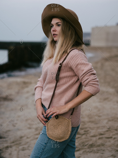 Girl in hat at sea with a handmade jute bag
