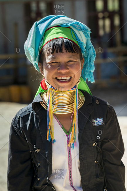 Loikaw, kayah state, myanmar (burma) - january 23, 2018: portrait of smiling burmese woman from kayan tribe, loikaw, myanmar