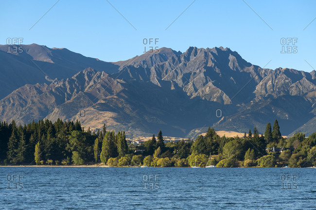 Roys bay on wanaka lake against mountains, wanaka, queenstown-lakes district, otago region, south island, new zealand