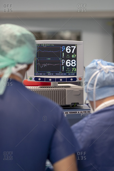 Heart rate on a screen, in the operating room