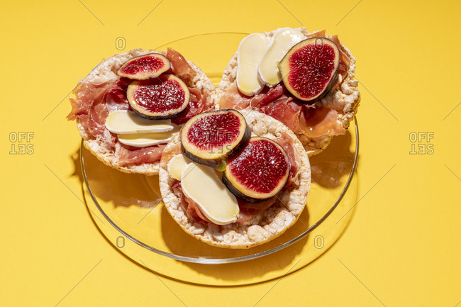 Rice cakes with serrano ham- cheese and fig slices