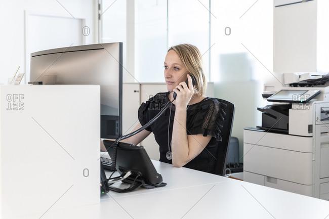 a medical secretary answers the phone