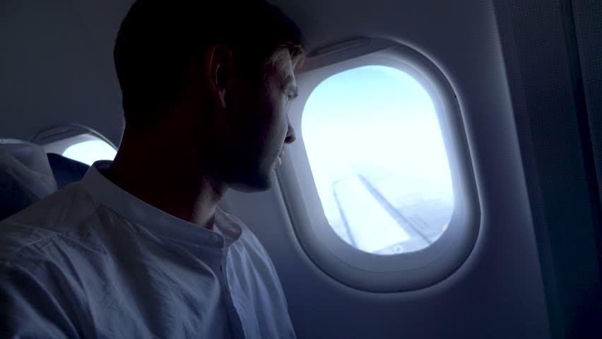 картинка человек сидит у иллюминатора самолета является