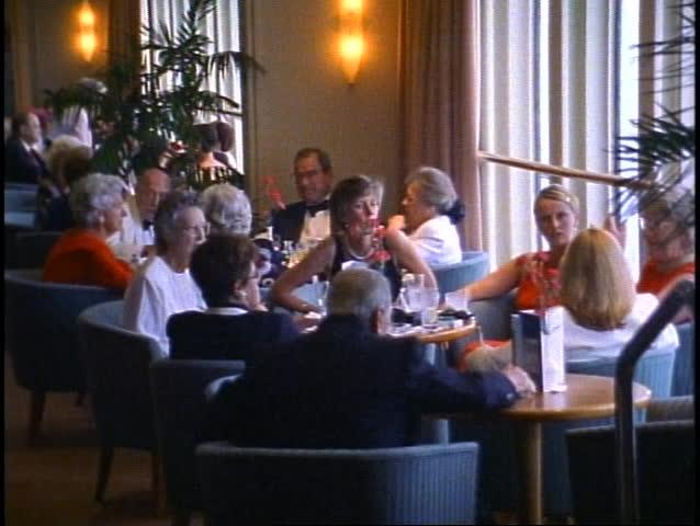 QUEEN ELIZABETH 2, 1999, QE2, Chart Room bar with crowd having drinks #1010162114