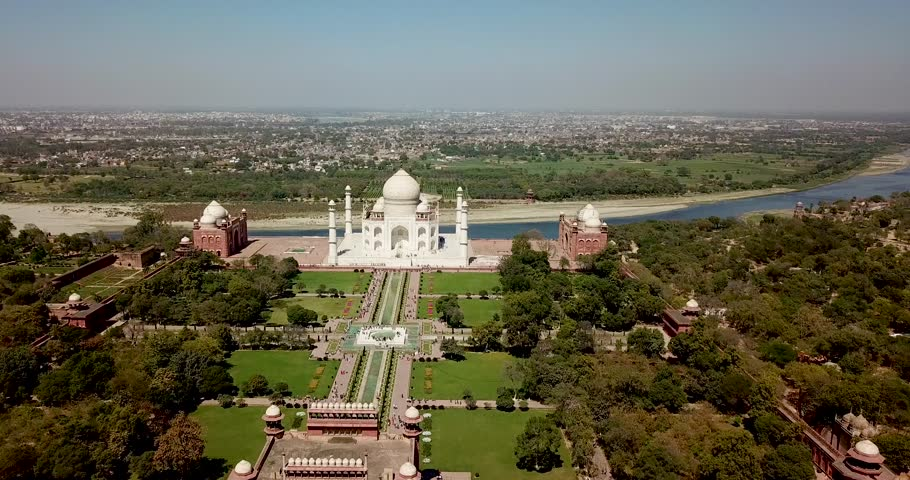 Agra/Uttar Pradesh/Índia - 03072018: Flying over Agra - India