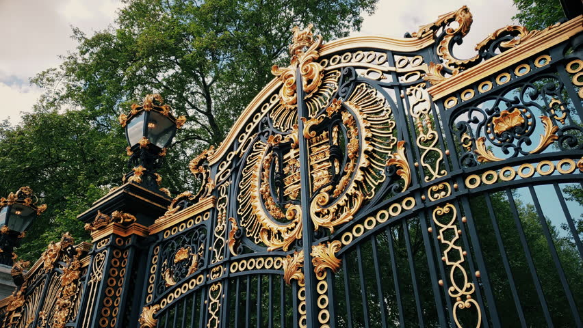 The Canada Memorial Gate in Green Park, London, United Kingdom, commemorates members of the Canadian Forces killed during the First and Second World Wars. #1011148682
