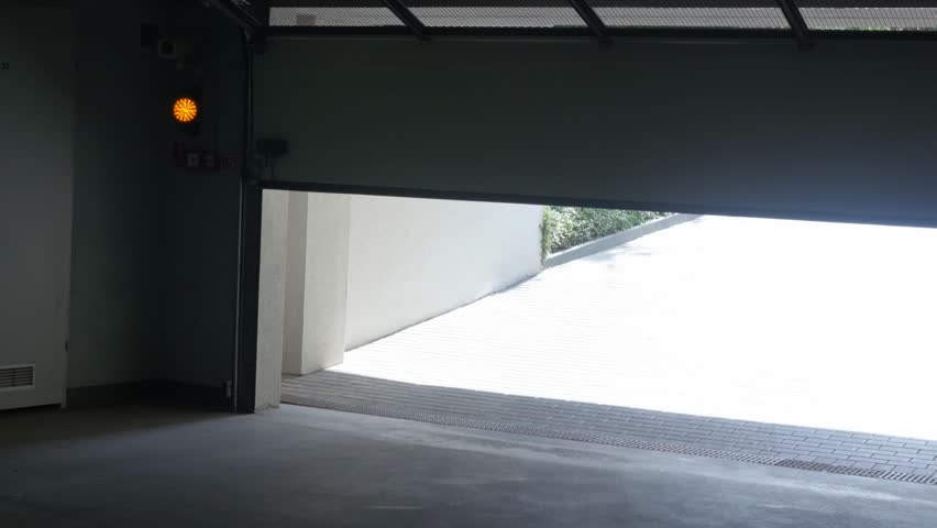 the door to the garage hall closes automatically