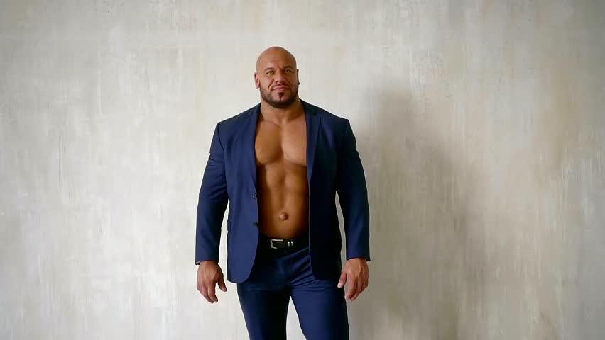 Confident Bodybuilder Dressed in Luxury Stok Videosu (%100 Telifsiz)  1013764421 | Shutterstock