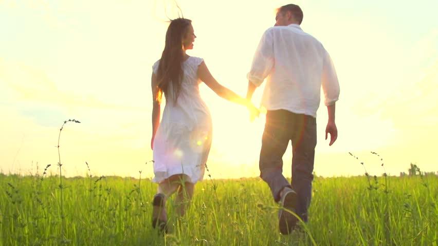 Happy Young Couple Walking On : stockbeeldmateriaal en -video's  (rechtenvrij) 10159088 | Shutterstock