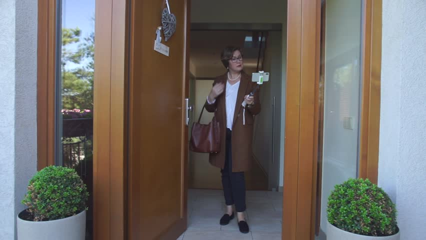 Woman content maker rec a blog about fashion, specific items of clothing and accessories. Gives beauty tips, talks about trends in various clothing markets, сelebrity сhoice and street fashion trends. Royalty-Free Stock Footage #1019088586