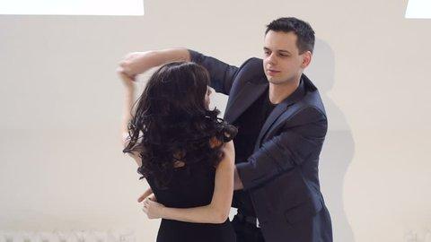 Schlankes tanzendes Bachata-Video