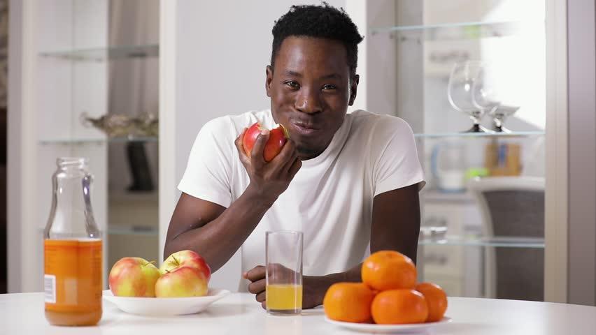 Black Man Eating Apple On Arkivvideomateriale (100 % royaltyfritt)  1020787081 | Shutterstock